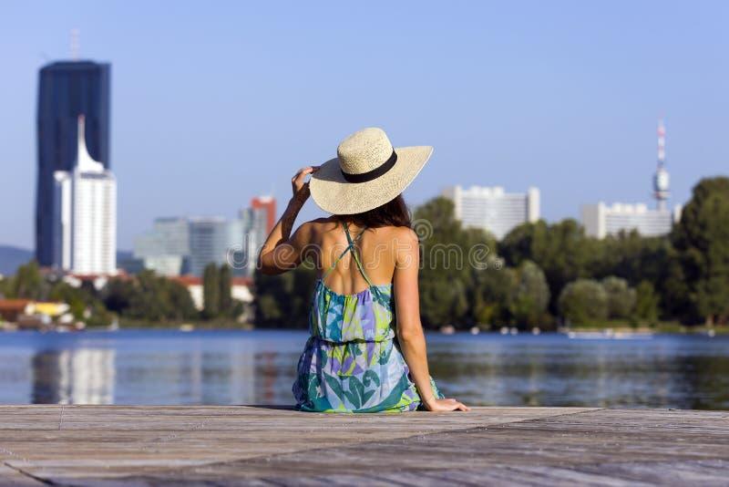 Portrait d'une robe et d'un chapeau de port de jeune femme photo libre de droits