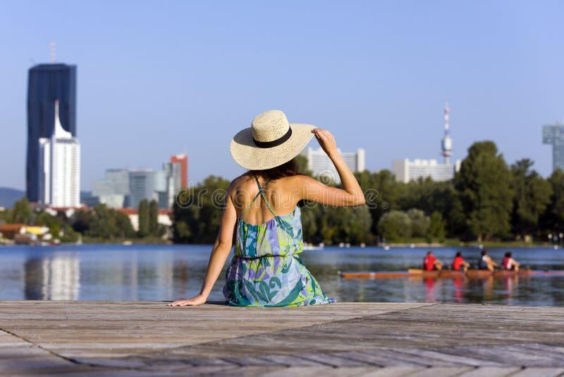 Portrait d'une robe et d'un chapeau de port de jeune femme photographie stock libre de droits