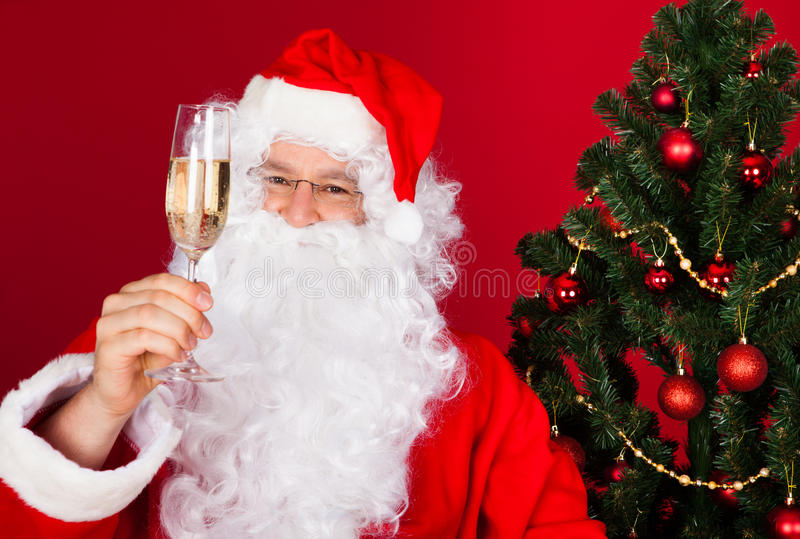 Portrait d'une Santa heureuse tenant le verre de vin image stock