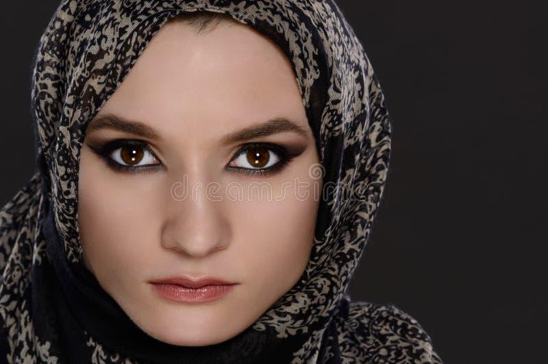 Portrait d'une vue de face d'un beau visage arabe de femme avec une écharpe principale image libre de droits