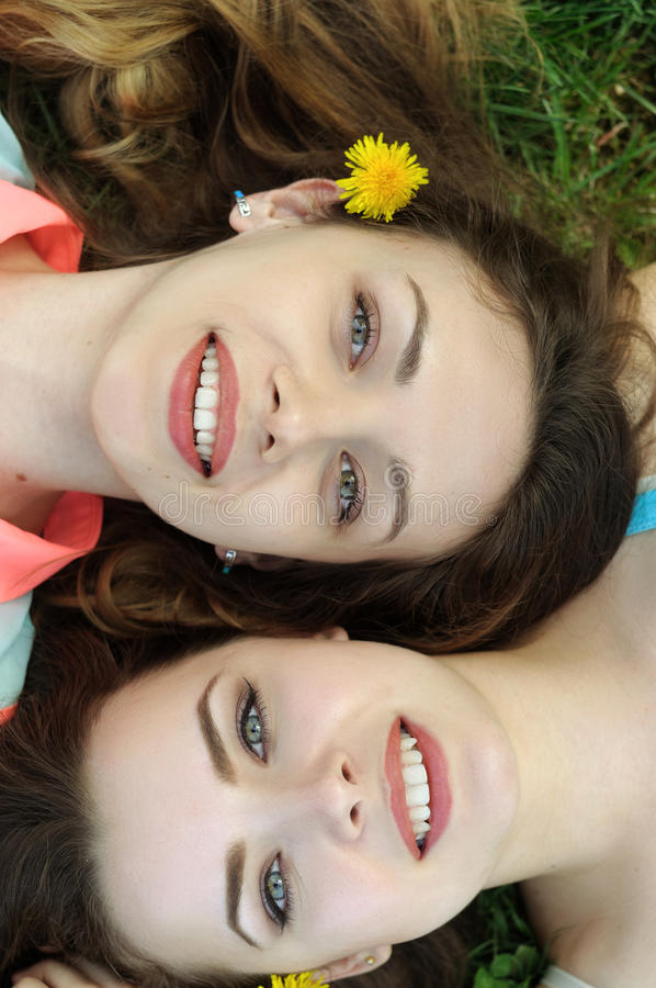 Portrait d'une vue supérieure de deux soeurs image stock