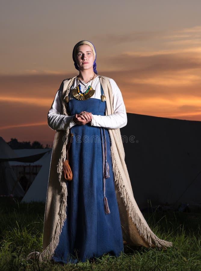 Portrait dans intégral d'une jeune femme dans le costume historique images stock