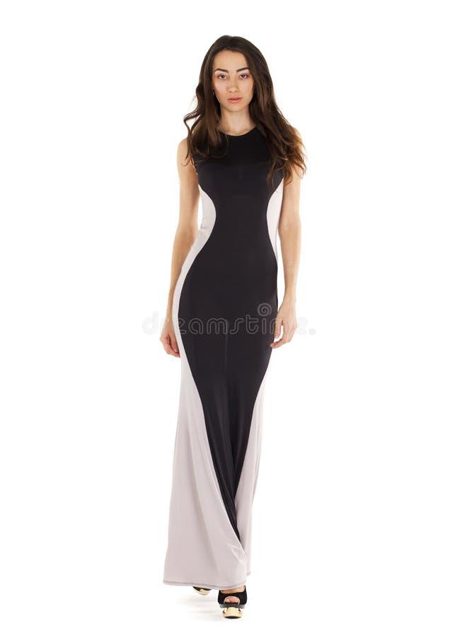 Portrait dans la pleine croissance d'une jeune femme dans la longue robe de soirée image libre de droits