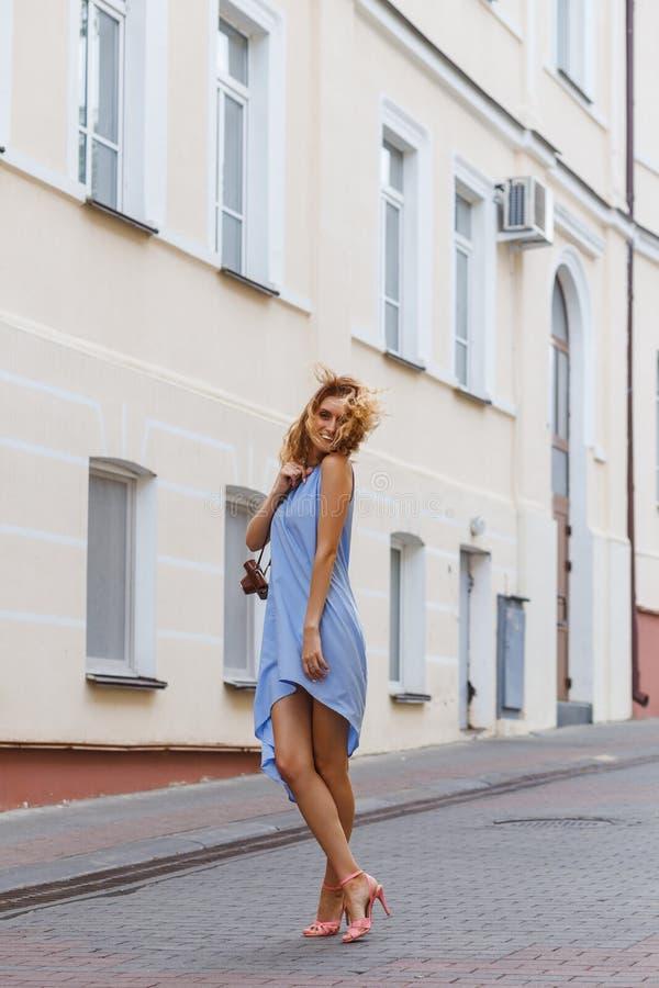 Portrait dans la pleine croissance, jeune belle femme blonde foncée images libres de droits
