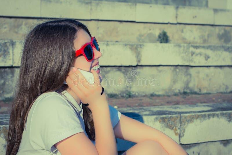 Portrait dans le profil d'une adolescente de sourire photographie stock libre de droits