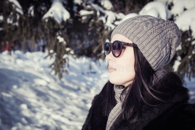Portrait dans le profil d'une jolie jeune femme photo stock