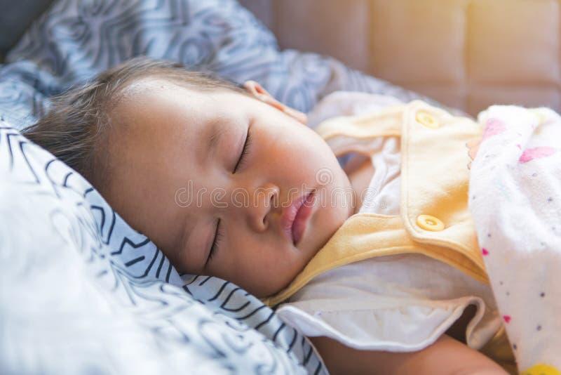 portrait de bébé de sommeil, d'enfance et de concept de personnes photo libre de droits