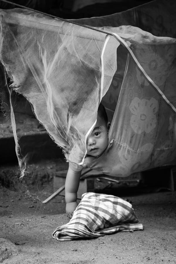Portrait de bébé drôle détendant dans l'hamac images libres de droits
