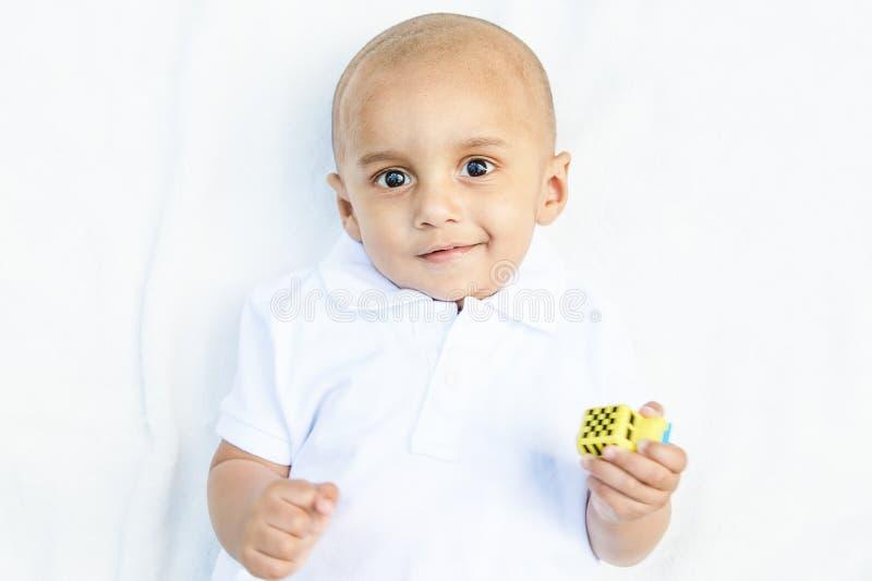 Portrait de bébé garçon indien avec le jouet image stock