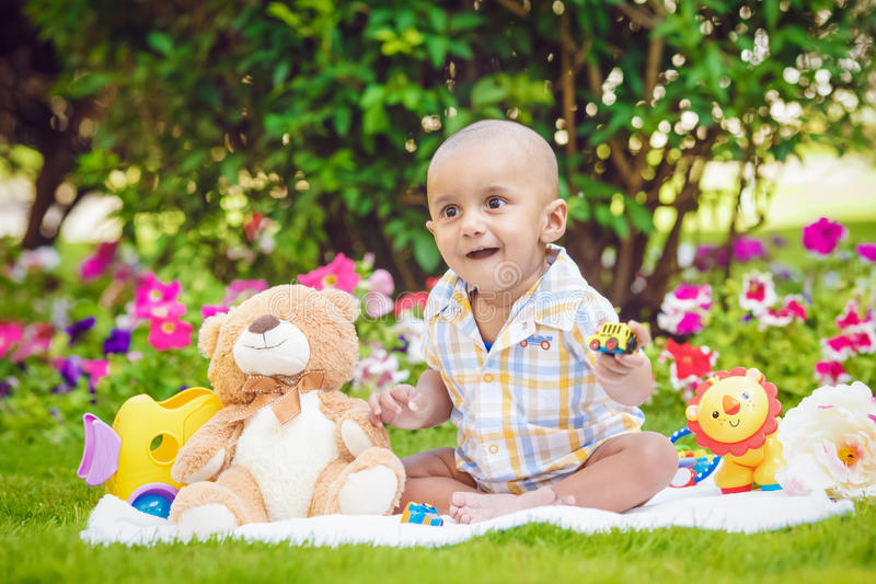 Portrait de bébé garçon indien se reposant sur la terre photographie stock