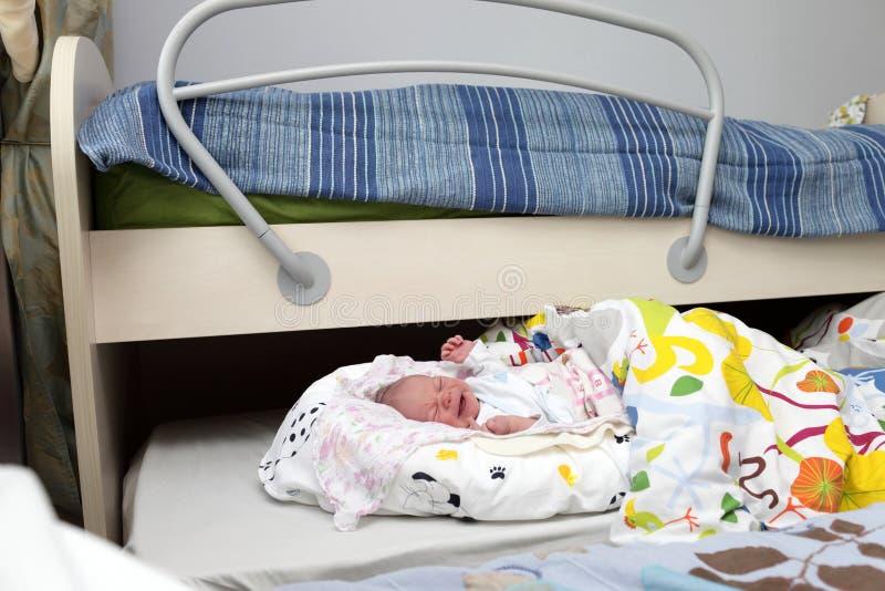 Portrait de bébé garçon nouveau-né pleurant image libre de droits