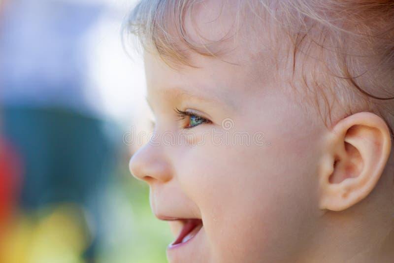 Portrait de bébé heureux. photo stock