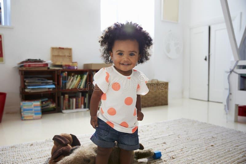 Portrait de bébé heureux jouant avec des jouets dans la salle de jeux photo libre de droits
