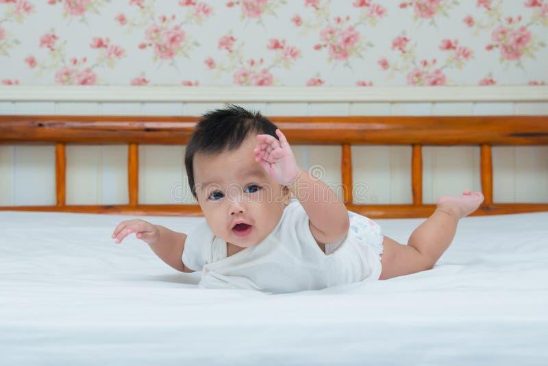 Portrait de bébé mignon sur le lit images libres de droits