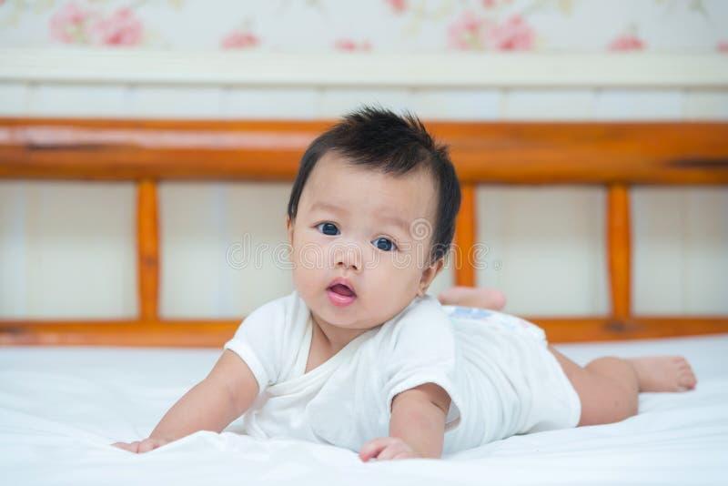 Portrait de bébé nouveau-né mignon sur le lit image libre de droits