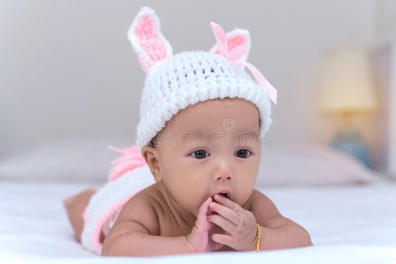 Portrait de bébé nouveau-né mignon sur le lit photographie stock libre de droits