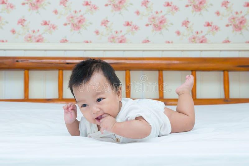 Portrait de bébé nouveau-né mignon sur le lit photo stock