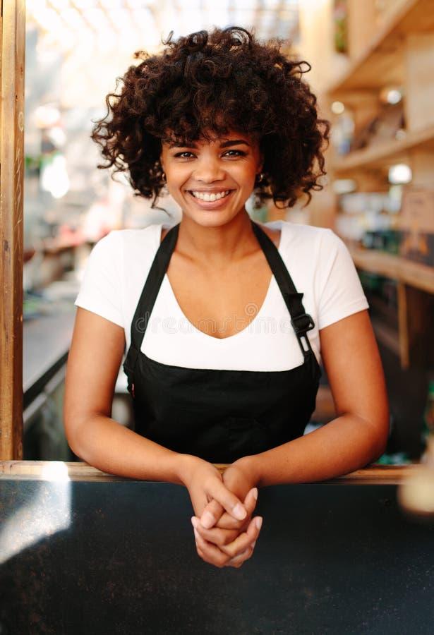 Portrait de barman féminin dans le café photos libres de droits