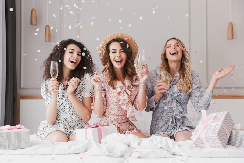 Portrait de beau celebrat de port enthousiaste de robes des femmes 20s photographie stock