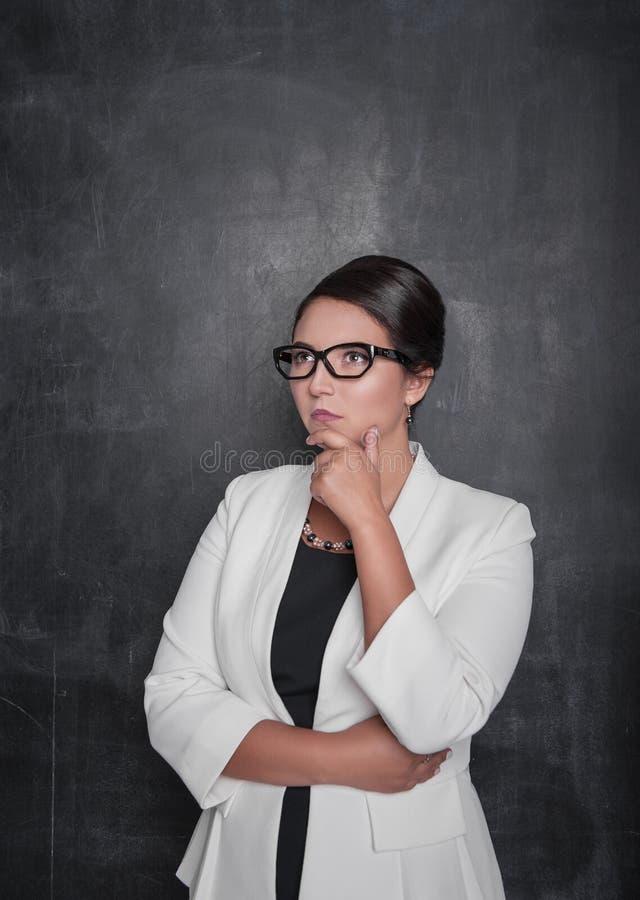Portrait de beau fond réfléchi de tableau noir de femme d'affaires photographie stock libre de droits