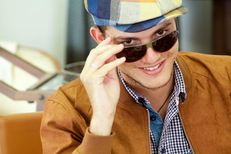 Portrait de beau garçon souriant avec des verres de soleil image libre de droits