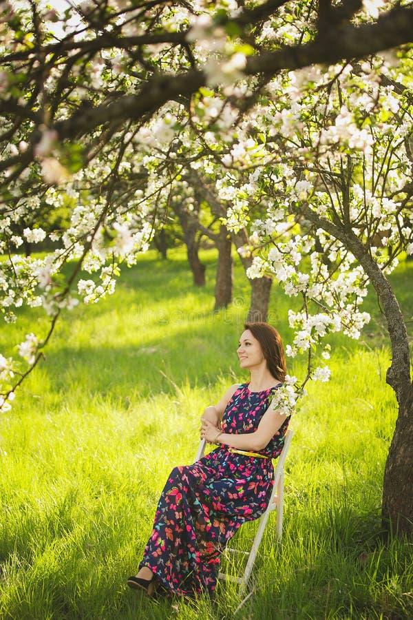 Portrait de beau jardin de jeune femme au printemps image libre de droits