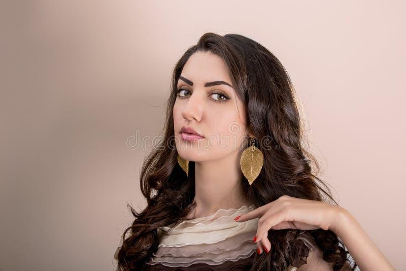 Portrait de beau jeune Bru méditerranéen et du Moyen-Orient image stock