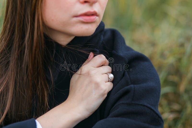 Portrait de beau jeune portrait caucasien gai de femme dans le tir vertical en gros plan de forêt photos stock