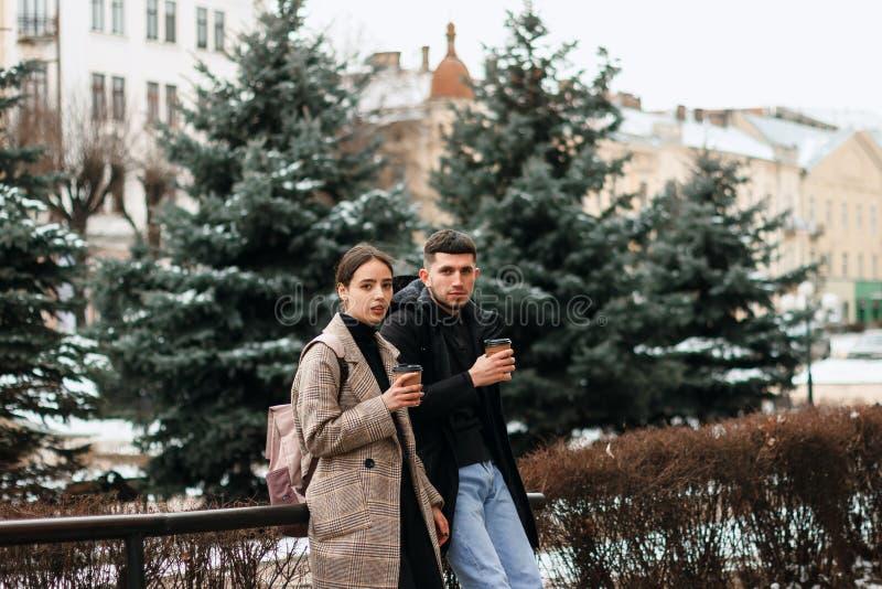 Portrait de beau jeune extérieur de couples au centre de la ville image stock