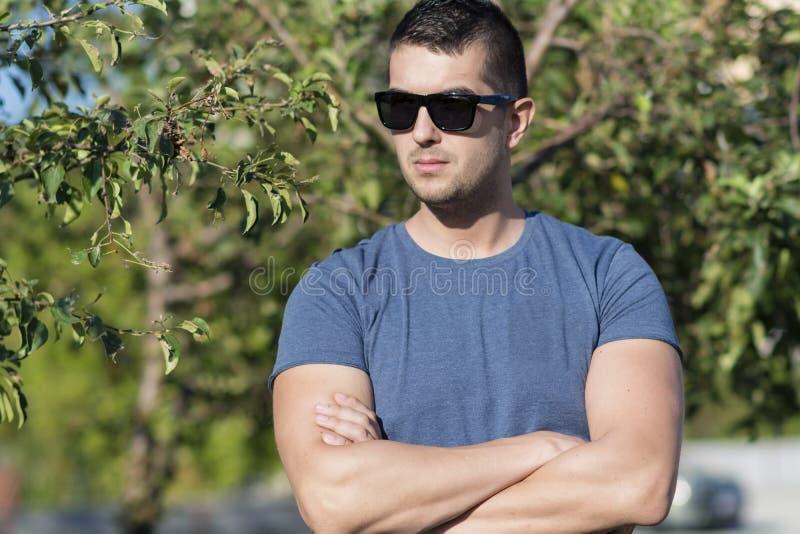 Portrait de beau jeune homme fort sur la rue photo libre de droits