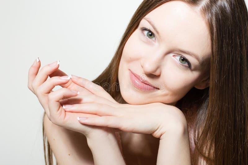 Portrait de beau jeune visage de sourire et de regard heureux de femme d'appareil-photo photos stock