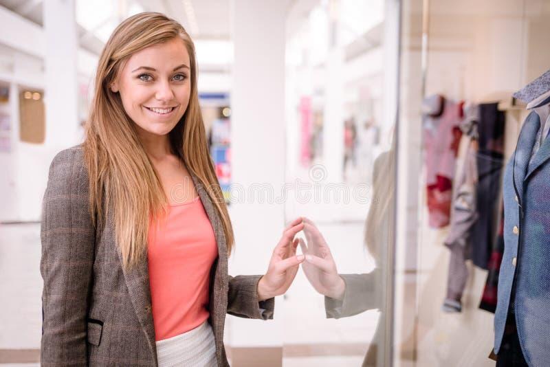 Portrait de beau lèche-vitrines de femme images stock