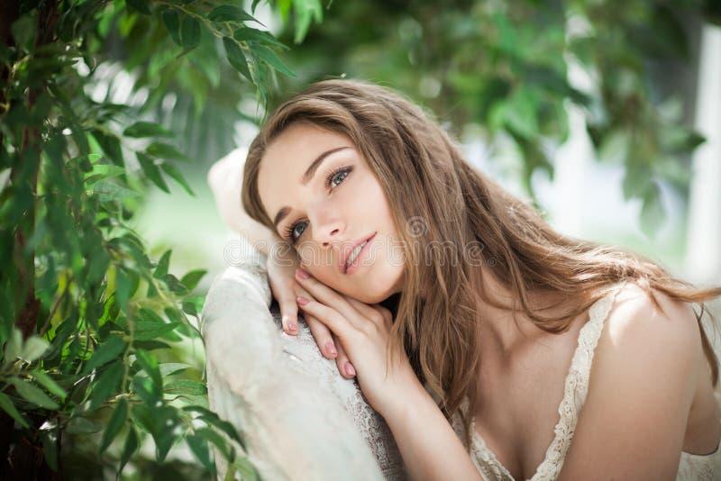 Portrait de beau mannequin Relaxing de femme image stock