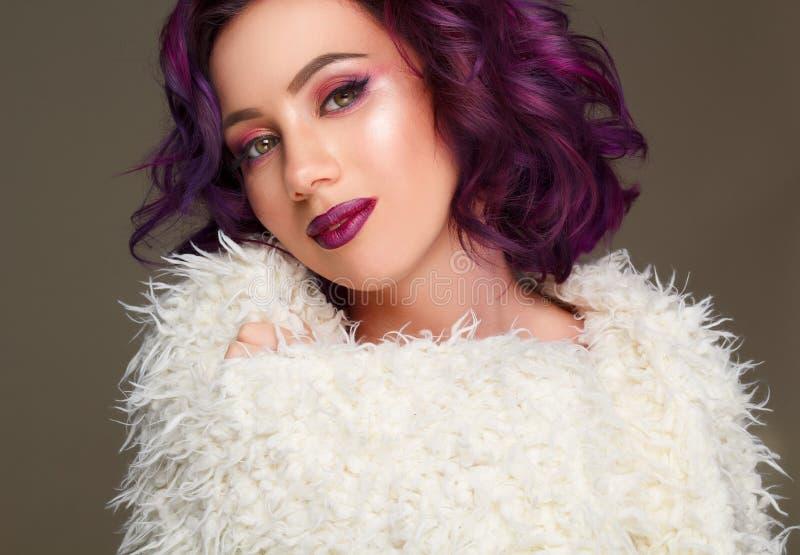 Portrait de beau mannequin sexy avec les cheveux pourpres au-dessus de g photos libres de droits