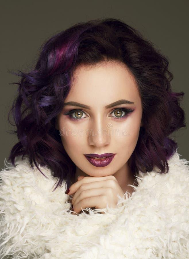 Portrait de beau mannequin sexy avec les cheveux pourpres au-dessus de g images stock