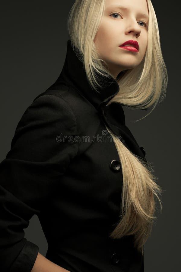 Portrait de beau modèle à la mode avec les cheveux blonds naturels images stock