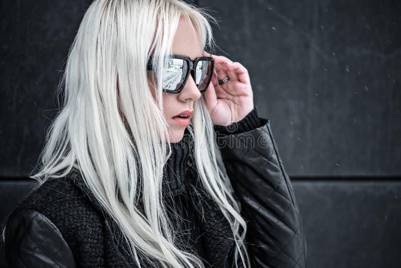 Portrait de beau modèle blond dans l'outdside de lunettes de soleil image stock
