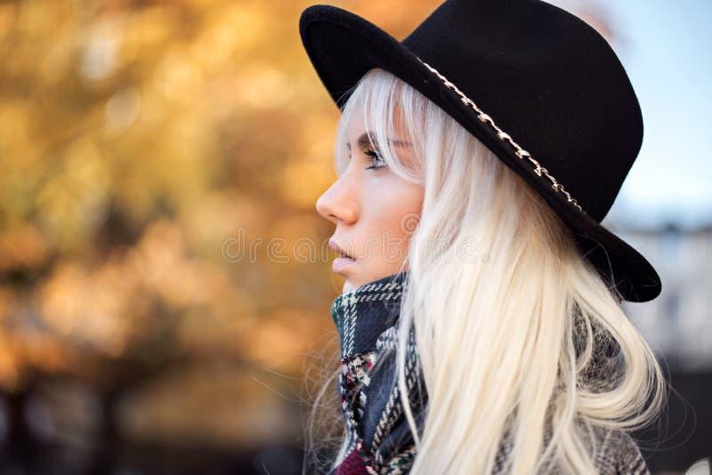 Portrait de beau modèle dehors image libre de droits