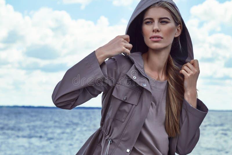 Download Portrait De Beau Modèle Parfait Sexy De Femme De Mode Photo stock - Image du renivellement, nuageux: 76083066