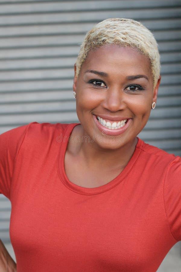 Portrait de beau rire africain de femme image stock