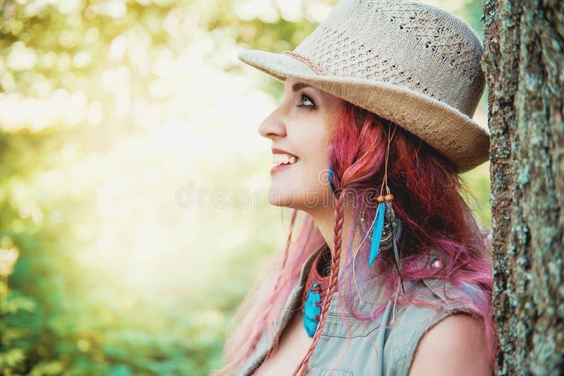Portrait de beau style de boho de femme dans le chapeau photographie stock libre de droits