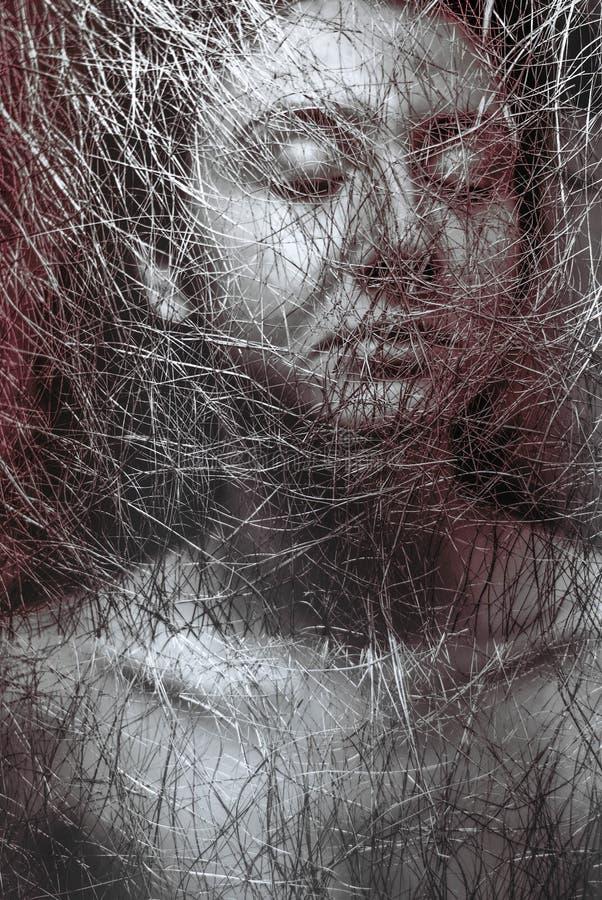 Portrait de beau thorugh de visage de fille le filet dans le monochrome photos libres de droits