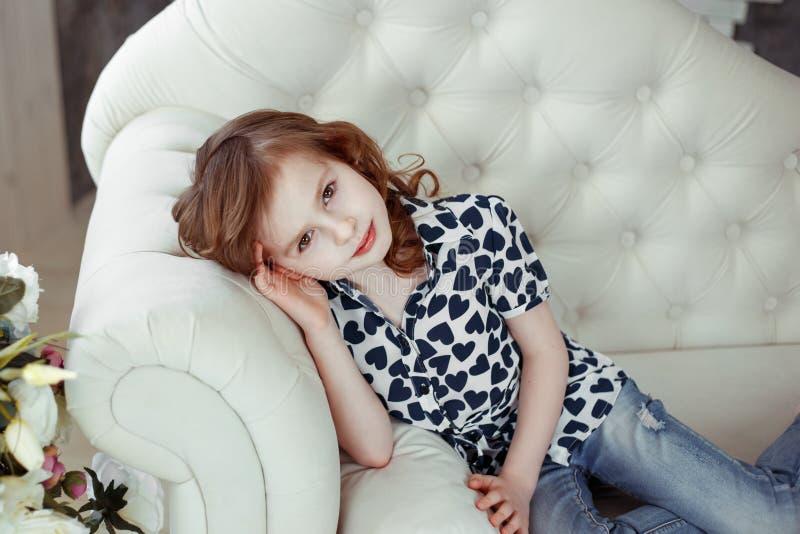 Portrait de beauté de portrait brun de studio de cheveux et de fille de yeux photographie stock