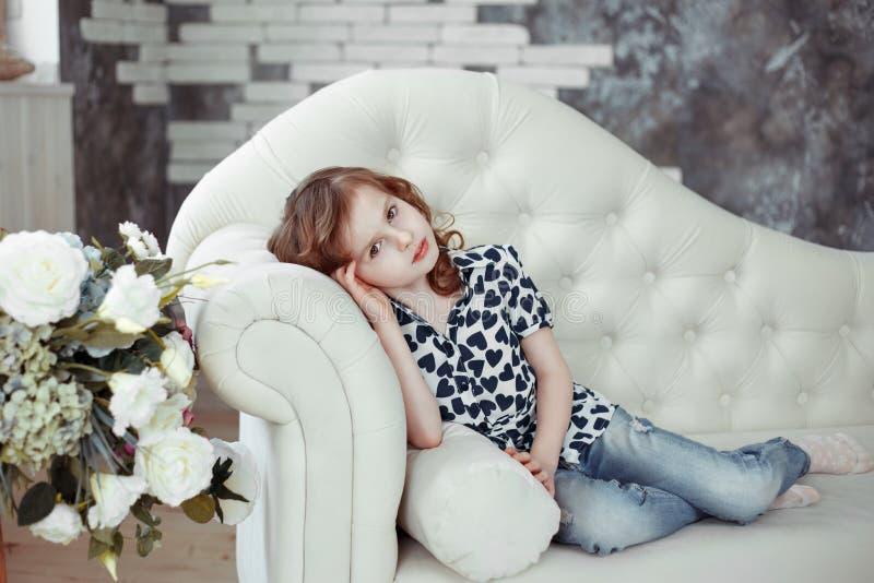 Portrait de beauté de portrait brun de studio de cheveux et de fille de yeux photos stock