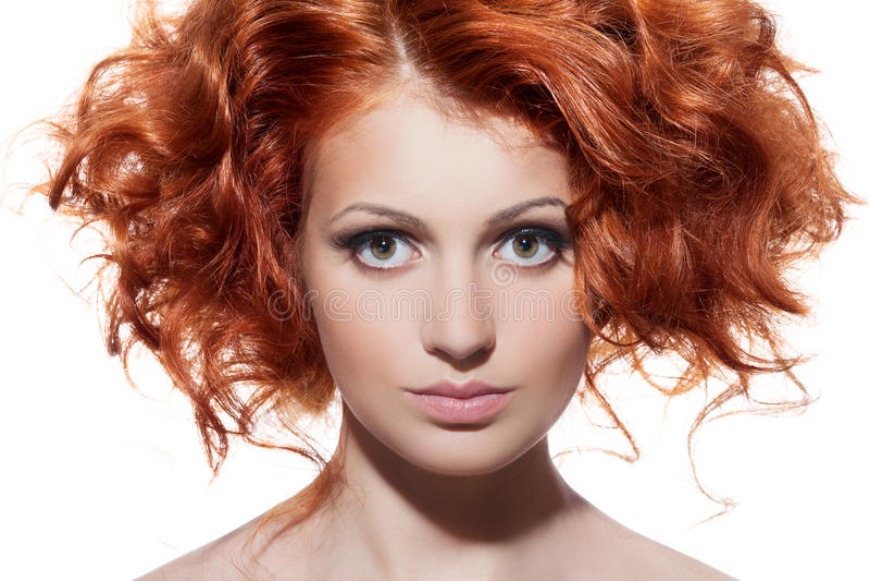 Portrait de beauté. Cheveux bouclés sur le fond blanc photographie stock libre de droits