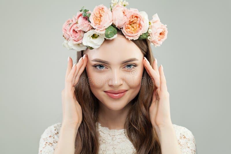 Portrait de beauté d'été de joli Woman modèle avec des cheveux de Brown, le maquillage naturel et des fleurs roses Beau visage fe image stock