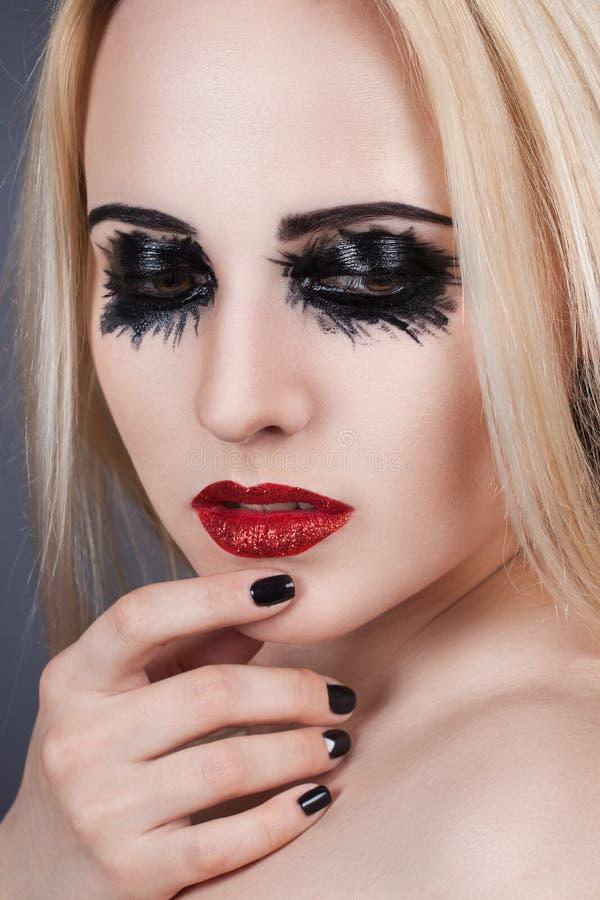 Portrait de beauté d'une belle fille avec un maquillage créatif photos stock