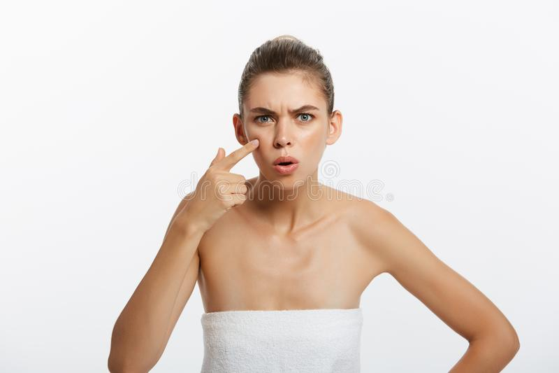 Portrait de beauté d'une jeune demi femme nue choquée examinant son visage tout en regardant le miroir d'isolement au-dessus du b photographie stock libre de droits