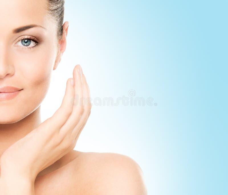 Portrait de beauté d'une jeune femme dans le maquillage image stock