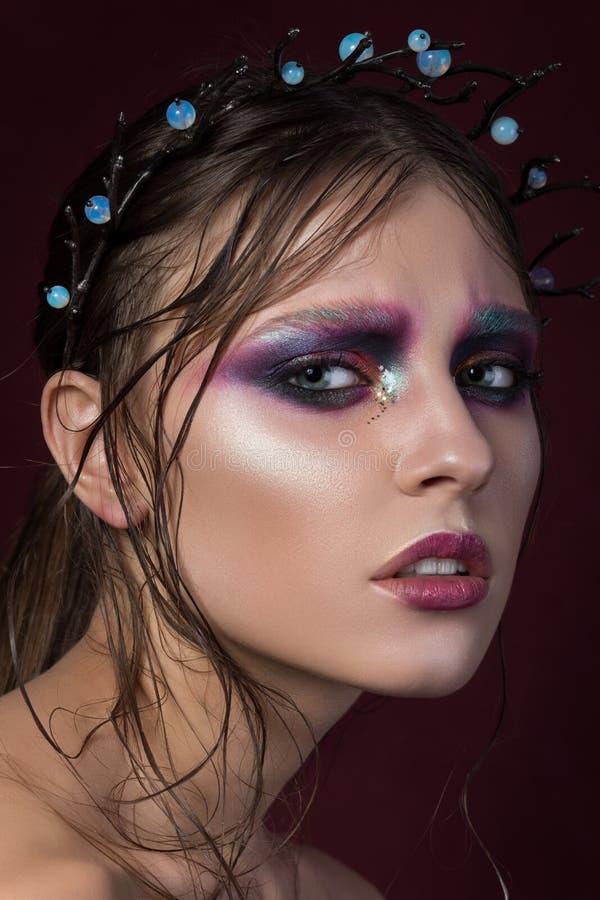 Portrait de beauté d'une jeune fille avec le maquillage créatif de mode images stock